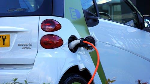 Un robot de charge : et si faire une longue route avec votre voiture électrique était une possibilité ?